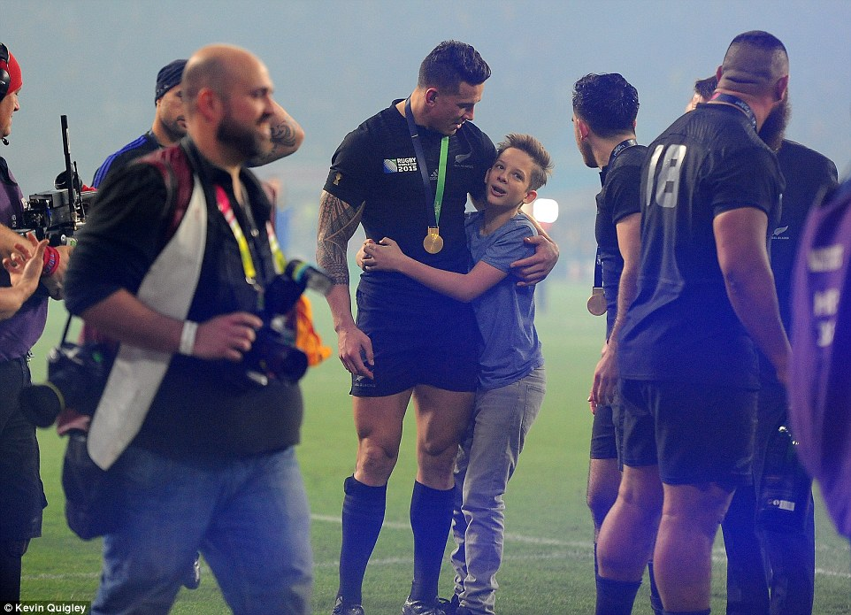 Sonny Bill Williams gives up his Gold Medal RWC to young pitch invader Charlie Lines